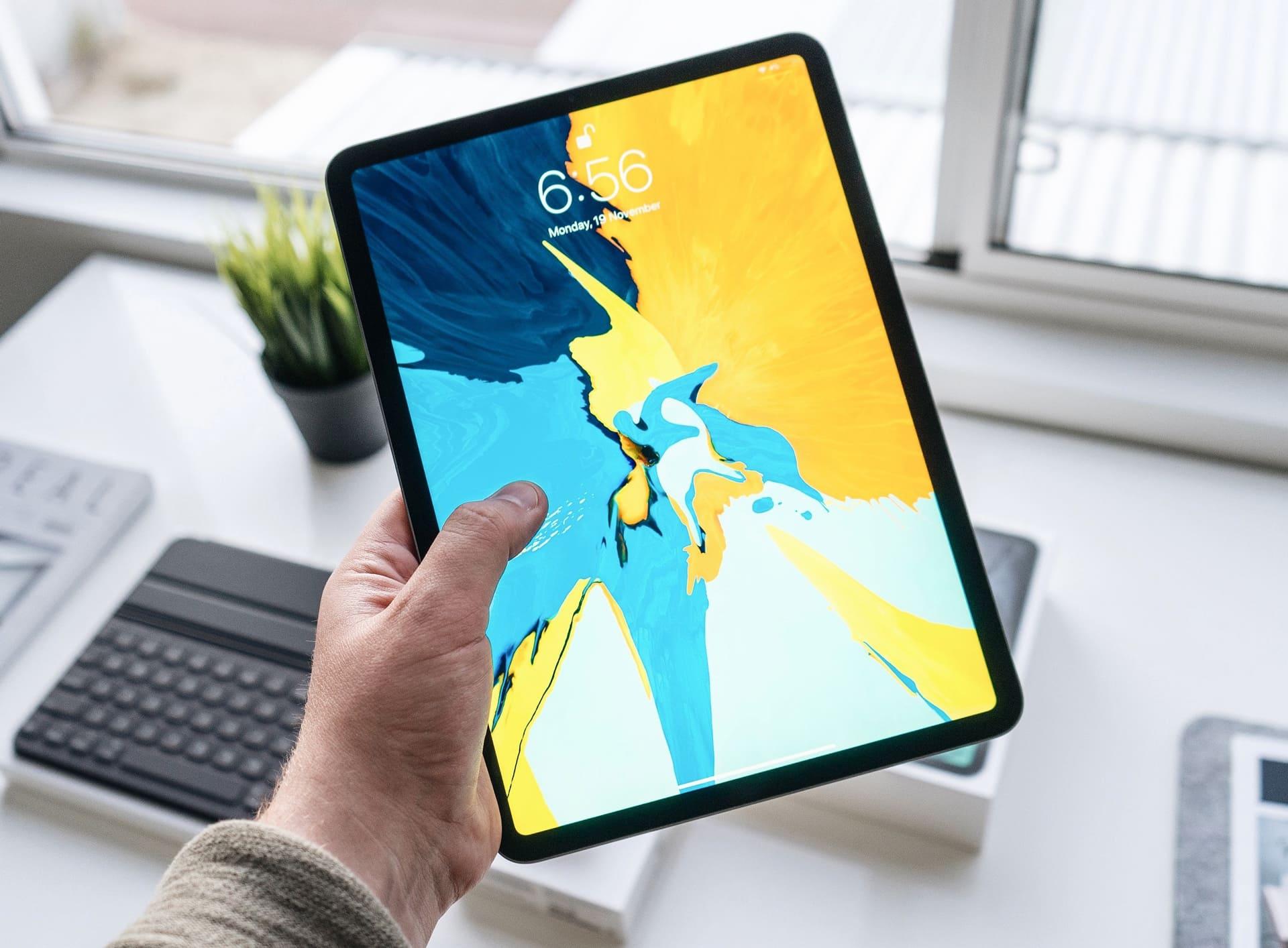 Photo d'un iPad avec un fond d'écran jaune