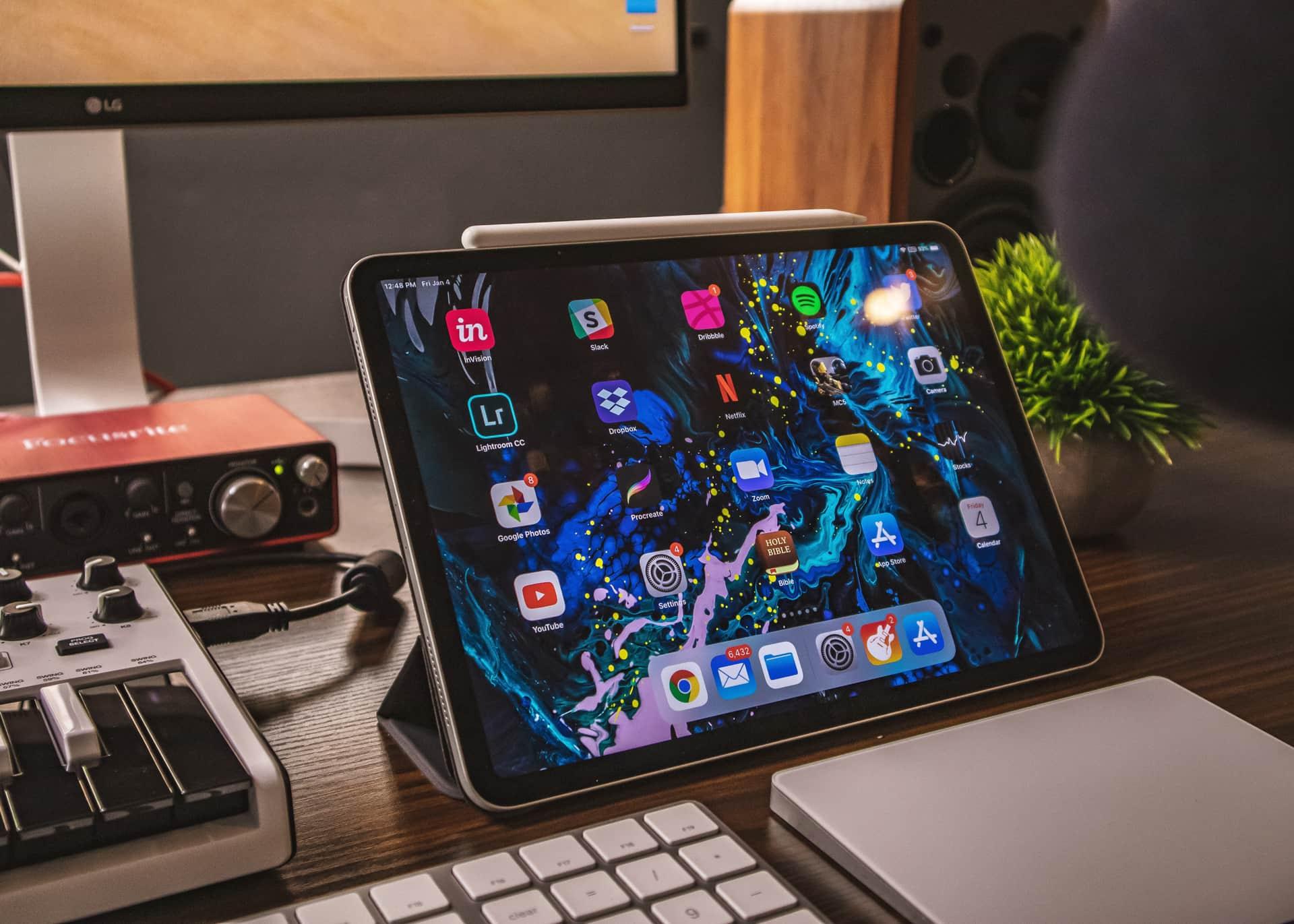 Photo d'un iPad posé dur un bureau