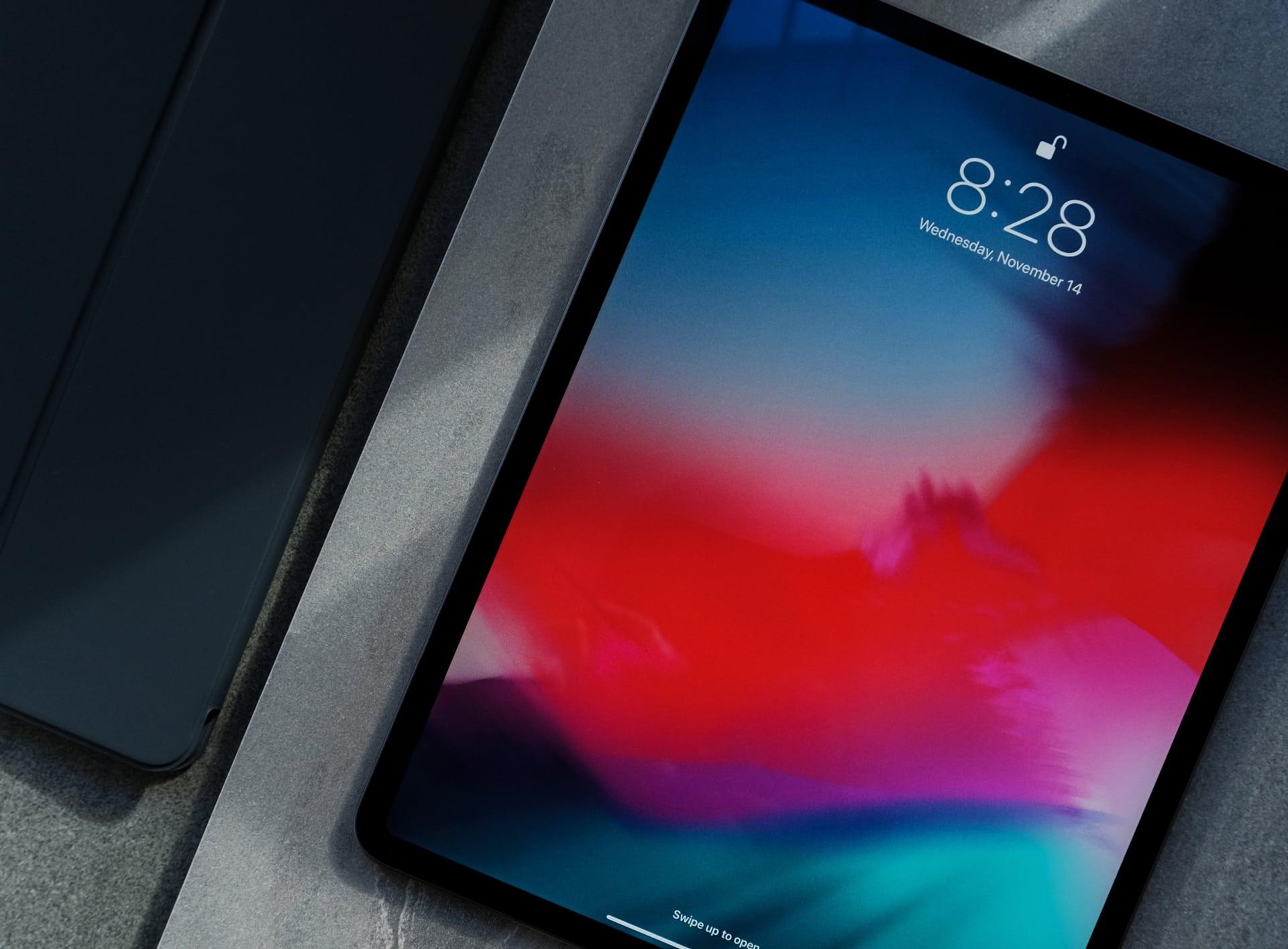 Photo d'un iPad avec un fond d'écran rouge